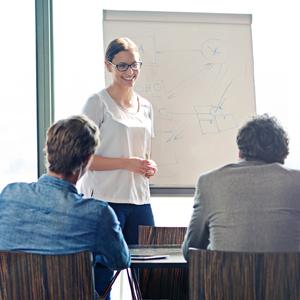 Frau präsentiert Ideen am Flipchart