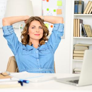 Geschäftsfrau lehnt sich entspannt zurück