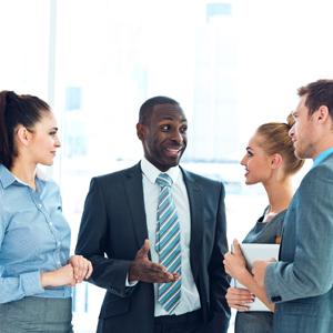 Besprechung im Büro, Geschäftsfrauen und -männer