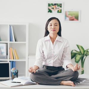 Geschäftsfrau meditiert im Büro