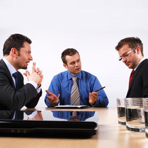 Mediator schlichtet Streit zwischen zwei Geschäftsleuten