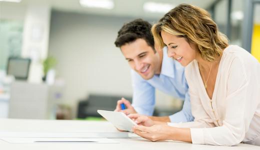 Mitarbeiter wählen Seminare auf einem Tablet aus